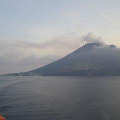 Der über 900m hohe noch aktive Vulkan Stroboli