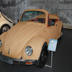 Korb-Käfer aus dem Jahr 1971. 4 Zylinder Boxer mit 1,6l Hubraum und 50PS. Dieser 71er Käfer wurde 1997 von einem Korbmacher in 600 Arbeitsstunden in diesen Zustand versetzt.
