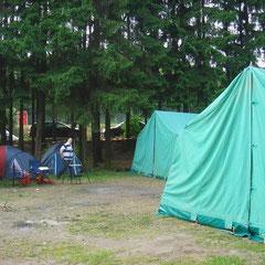 ... und wir können unser Lager direkt neben den belgischen Zelten aufbauen