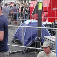 Also der hat ja mal wirklich nen Platz für sein Zelt an forderster Front gefunden!!!