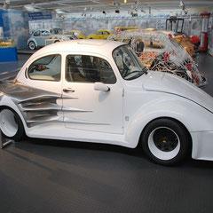 In ihm werkelt ein 6 Zylinder Boxermotor, luftgekühlt(!) mit 2,2l Hubraum und schlappen 255PS.
