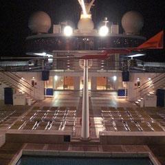 Kurz nach 23 Uhr. Zurück auf dem Schiff. Die meisten sitzen jetzt beim verspäteten Abendessen.