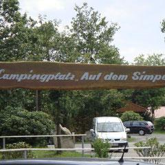 """Untergekommen sind wir wieder auf dem sehr empfehlenswerten Campingplatz """"Auf dem Simpel"""" in unmittelbarer Parknähe."""