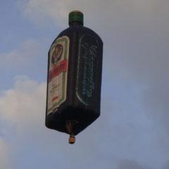 Da ist sie wieder: Unsere gute Freundin, die Mega-Jägermeisterflasche!