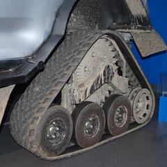 Dieses Fahrzeug ist ein Prototyp. Die Raupeneinheiten können gegen die normale Geländebreifung ausgetauscht werden.