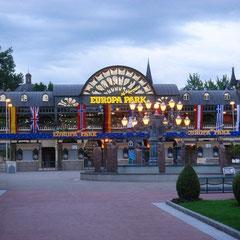 Eingang des Parks am späten Abend