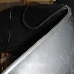 Die Abschlusskanten der Innenkotflügel werden noch mit einer Gummilippe versehen, damit der Abschluß zum Blech schön gelingt.