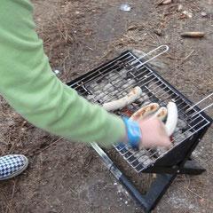 Schnell ist ein Grill mit noch Glut gefunden & noch schneller ist Fleisch draufgelegt!