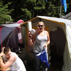 Andrea mit dem wichtigsten Utensil: Kackpappe in groß und klein!!!