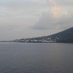 Die Insel Stromboli tut sich vor uns auf