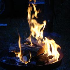 Lagerfeuer zum Abschluss des Donnerstag-Abend.