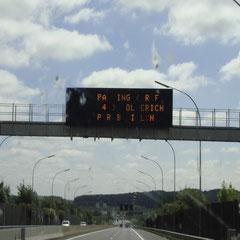"""Ist ja schön und gut, dass solche Ereignisse hier in Luxemburg sogar schon auf der Autobahn angekündigt werden... aber lesen kann's nur, wer weiss worum's geht: """"Parking RAF A4 Hollerich P+R Bouillon"""""""
