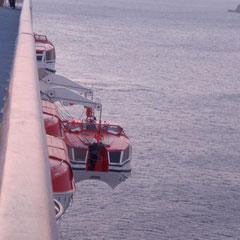 Die Rettungsboote, die jetzt als Tenderboote fungieren, werden zu Wasser gelassen.
