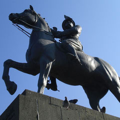 ... immer wieder Denkmäler an türkische Helden.