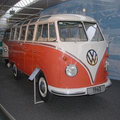 Der noch viel berühmtere VW-Samba-Bus. 4 Zylinder-Boxer mit 1,2l Hubraum und 34PS aus dem Jahre 1951.