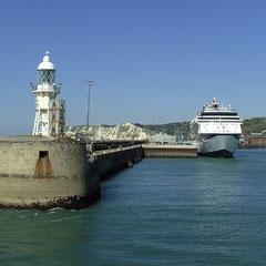 Wir laufen in den Hafen von Dover ein.