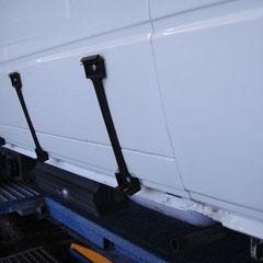 Die Karosserieflächen unter der Beplankung noch eben auf Hochglanz poliert.