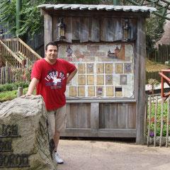 """Posing am Eingang von """"Der Fluch von Novgorod"""""""