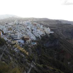 Santorini von einem Klippen-Wanderweg aus gesehen.