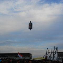 Siehe da: Da kommt ne absolut gigantisch große Jägermeisterflasche geflogen!!!