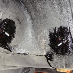 Tag 2: Die jetzt ausgehärteten Bolzen werden mit Unterbodenschutz überzogen.