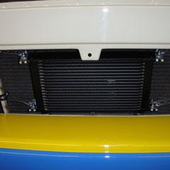 So sieht der Ölkühler dann montiert aus.