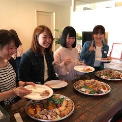 なにを食べよーかな~。 県大Tさん、Fさん 東海短大Tさん 常葉学園Kさん