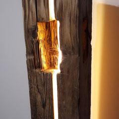 Stehleuchte Altholzbalken mit handgezapften Nischen