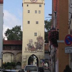 Une des tours et porte d'entrée