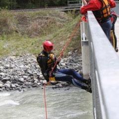 Abseilen von einer Brücke