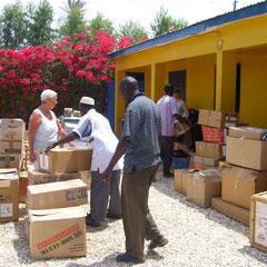 Auspacken und Sortieren der Spenden