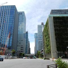 呉服橋交差点から大手町方面。中央に見えるのがJRの高架。右の黒い建物は旧大和證券本店。