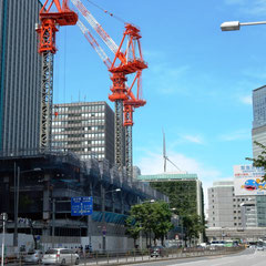 呉服橋から少し外堀通りを東京駅方向に歩いてきて、北を=上野方面を撮影。首都高速の高架が見える。