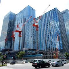 呉服橋交差点のみずほ証券(旧安田信託銀行)前から西方向に撮影。 高層ビルの真下の背の低いのが工事中の鉄鋼ビル。