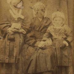 [probablement] Reine VITEL et ses deux filles Anne Louise (g.) et Marie Augustine (dr.), vers 1885.