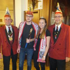 das neue Lauenberger Prinzenpaar mit dem LKC-Präsidenten Norman Greve (links) und Schriftführer Stephan Schamuhn (rechts)
