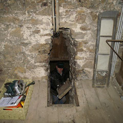 Nur ein schmaler Mauerdurchbruch führt in das Turmverlies