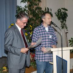 """Robert Scheibel (re, Naturschutzgruppe) überreicht die Urkunde """"Lebensraum Kirchturm"""" an Hans-Peter Speicher (li, Kirchengemeinde)"""