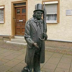 © Traudi - Statue von Eduard Mörike vor dem Haus, in dem er von 1867 - 1869 im Obergeschoss wohnte.