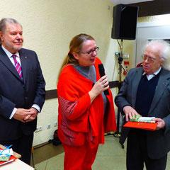Ehrung 50 Jahre Mitgliedschaft für Horst Urban durch die OV-Vorsitzende Ellen Mauer-Genk von Idstein Wörsdorf und Kurt Beck