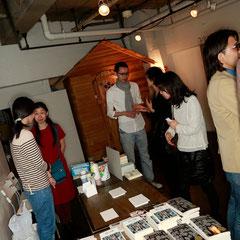 奥にみえるのはモバイルハウス? 『世界は考える』出版記念レセプション Photo by Kim Gno