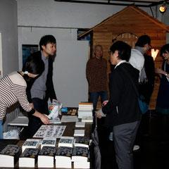 受付はこちらです 『世界は考える』出版記念レセプション Photo by Song Min Soo