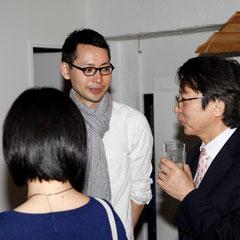 先生から企画を教わる 『世界は考える』出版記念レセプション Photo by Song Min Soo