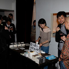 弟の卓も手伝ってます 『世界は考える』出版記念レセプション Photo by Song Min Soo