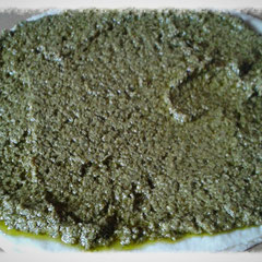 erste Teigplatte mit grünem Pesto