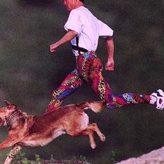 Reto und Kevin im Flug über die Wintschkante (Kevin im Leoparden, Reto im Fell)