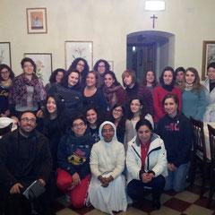 Le studentesse del pensionato insieme la Direttrice e il Padre spirituale