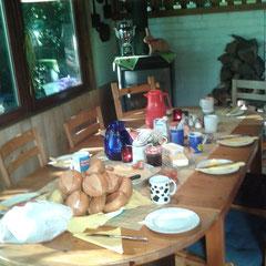 Unser Versammlungsraum mit gedecktem Tisch
