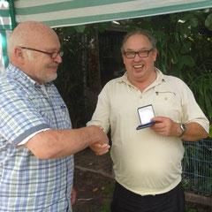 Siegerehrung, Klaus Rehmann gratuliert Heinrich