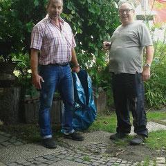 Willi und Heinrich vor dem Aufbau des Pavillons